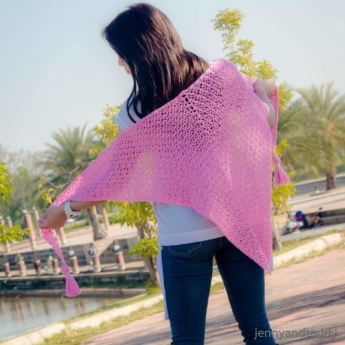 The weekend triangle scarf free crochet pattern | jennyandteddy