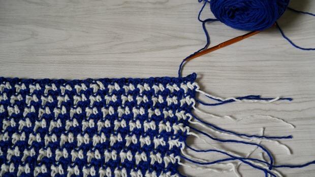 houndstooth crochet stitch for boho chic crochet poncho by jennyandteddy